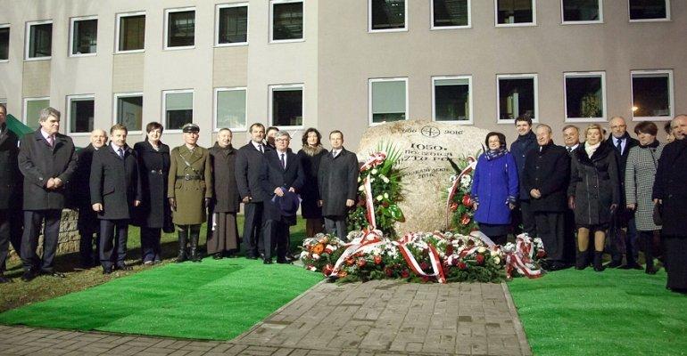 Odsłonięcie pomnika upamiętniającego 1050. rocznicę Chrztu Polski