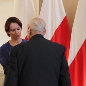 Wicewojewoda podkarpacki Lucyna Podhalicz wręczyła ordery, odznaczenia państwowe oraz wyróżnienia honorowe zasłużonym mieszkańcom województwa.